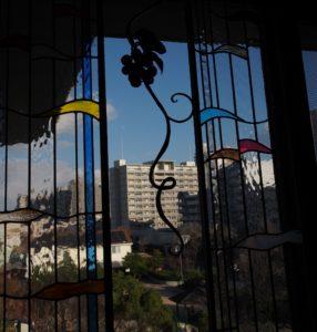 瞑想室のステンドグラスは、座かんさい同人余頃明の制作で、他にも4枚。